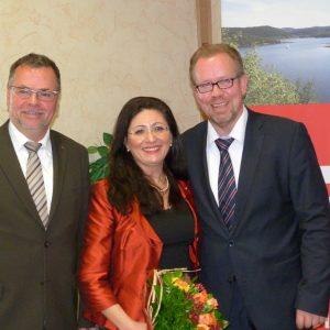 Wolfgang Langenohl (li) stv. Vorsitzender des Kreisverbandes und der Vorsitzende Thomas Gosmann (re) gratulieren Nezahat Baradari zur Kandidatur