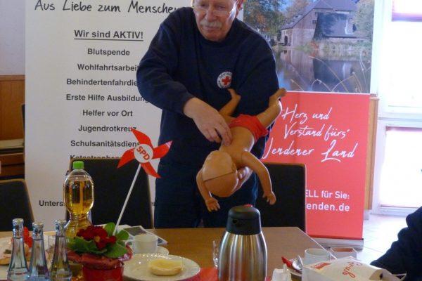 Jürgen Spieker vom DRK Wenden demonstriert die Erste Hilfe am Säugling